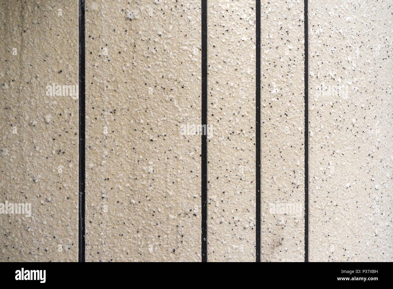 Verticale di piastrelle color crema sulla parete grunge muro di