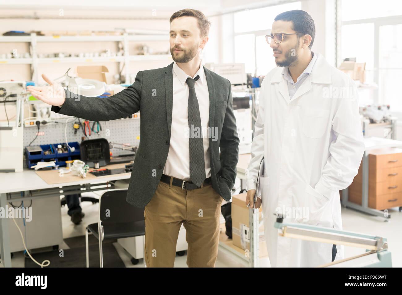 Discutere il processo di lavorazione con il Tecnico di laboratorio Foto Stock