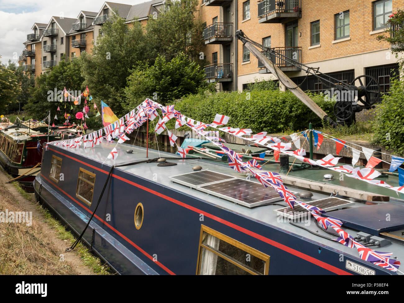 Imbarcazioni strette vestito nel complesso sul fiume Stort per Festival Immagini Stock