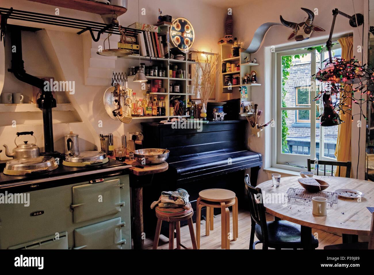 Cucina con ripiani aperti retro aga cooker tavolo da cucina