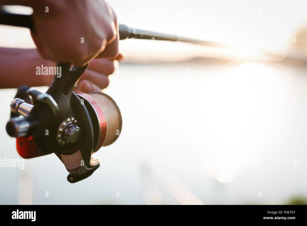 Attrezzi di pesca - la pesca la filatura, la lenza e attrezzature sportive Immagini Stock