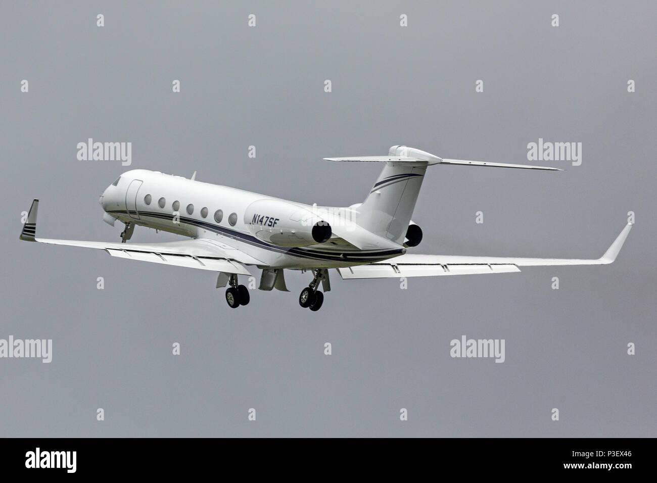 Un Gulfstream Aerospace GV-SP G550 Corporate Business Jet, registrati come N147SF, decollo dall'Aeroporto London Luton in Inghilterra. Immagini Stock