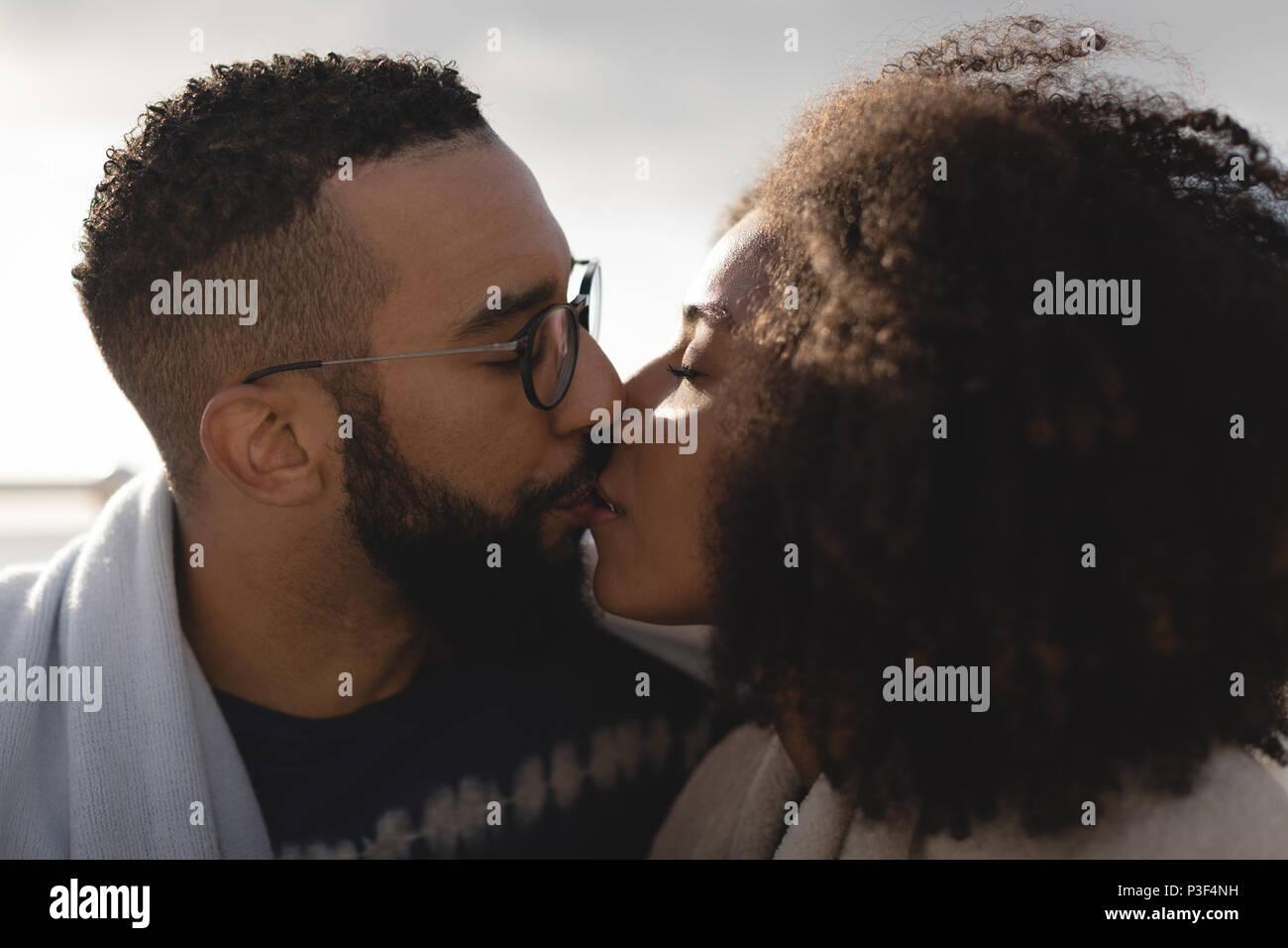 Coppia romantica baciare ogni altro Immagini Stock
