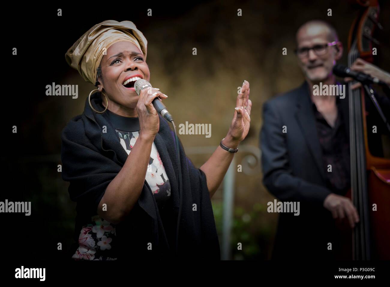 Ley Adewole cantante della grazia note effettuando al Giardino Trebah anfiteatro in Cornovaglia. Immagini Stock