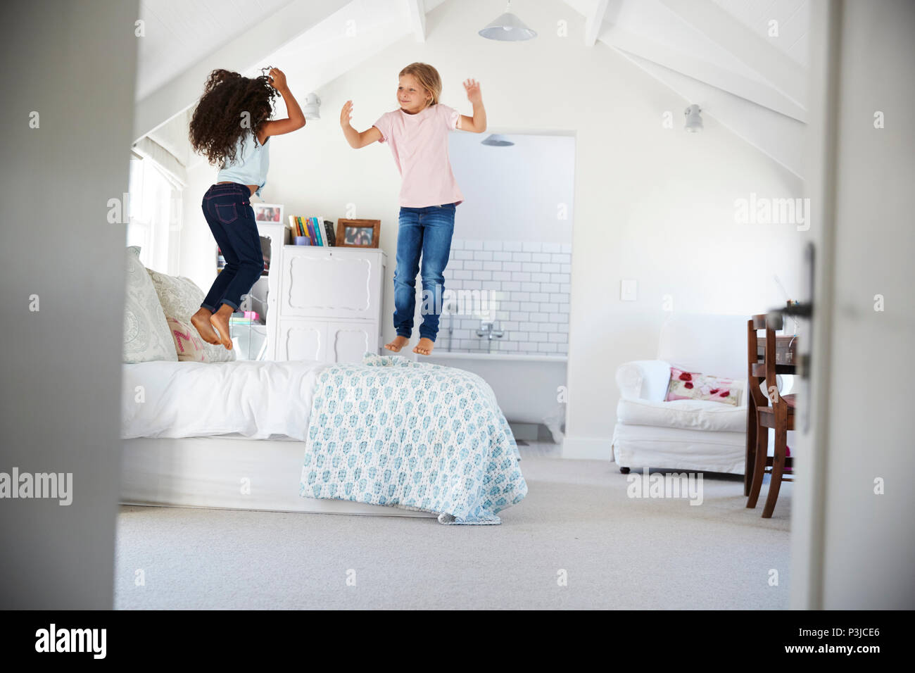 Young girls feet on bathroom immagini young girls feet on bathroom fotos stock alamy - Descrizione di una camera da letto ...