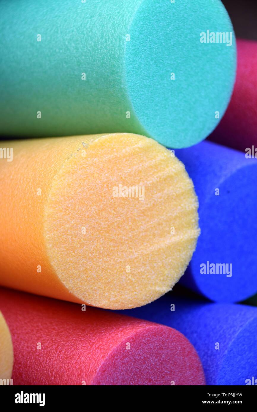 Acqua Gym o acqua attrezzatura aerobica close up shot, colori diversi pool tagliatelle Immagini Stock