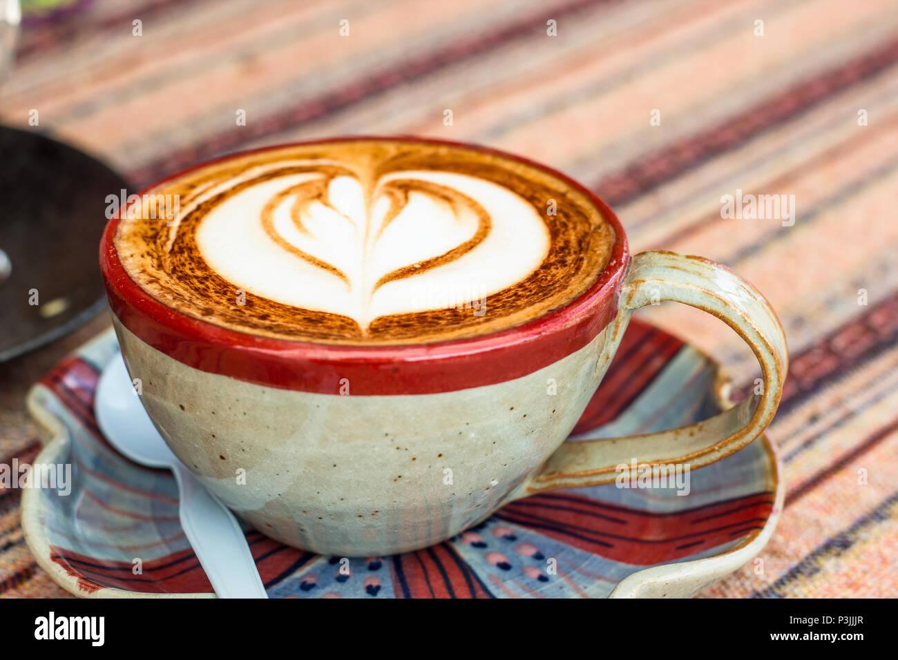 Hot caffè moca. Tazza di caffè caldo con bella arte. La colazione del mattino con caffè caldo latte art sulla tabella. Immagini Stock