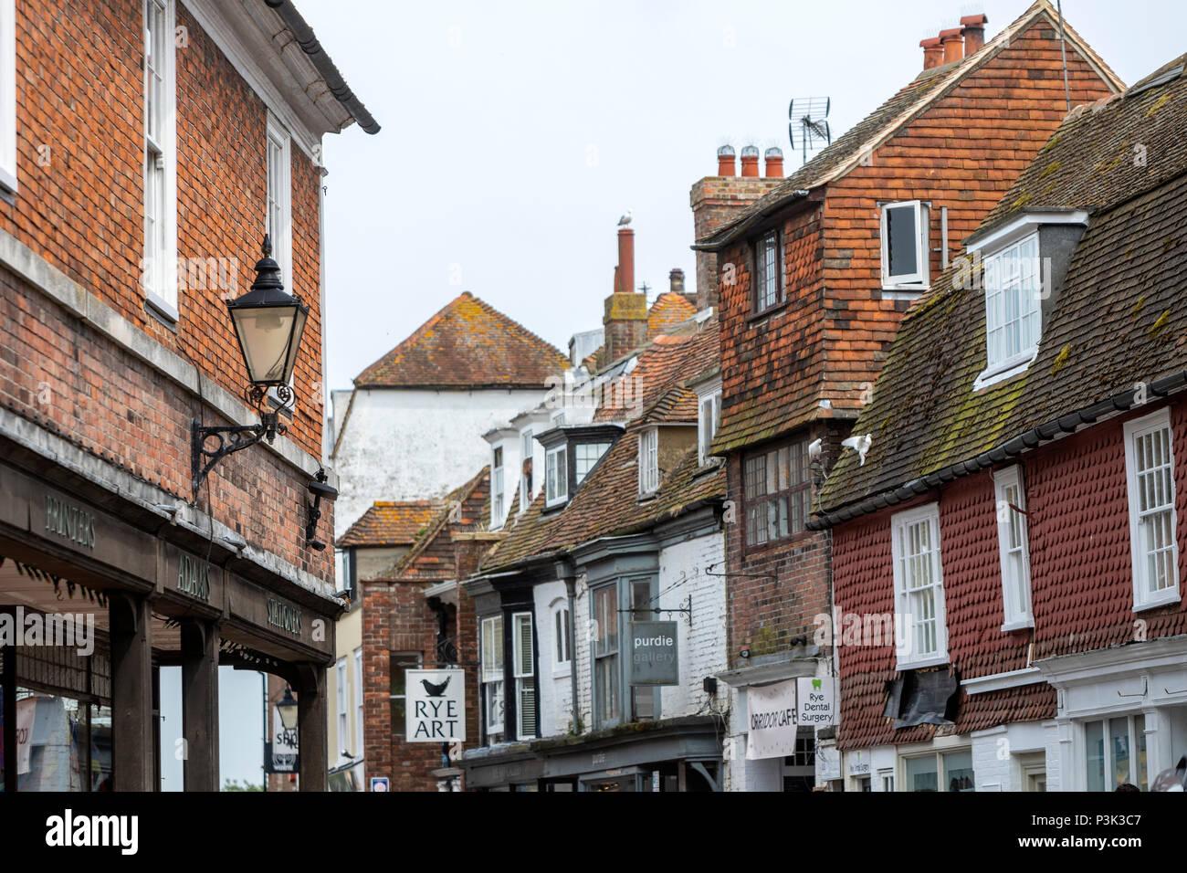 In parte la facciata con piastrelle in High St nella segale, East Sussex, England, Regno Unito Immagini Stock