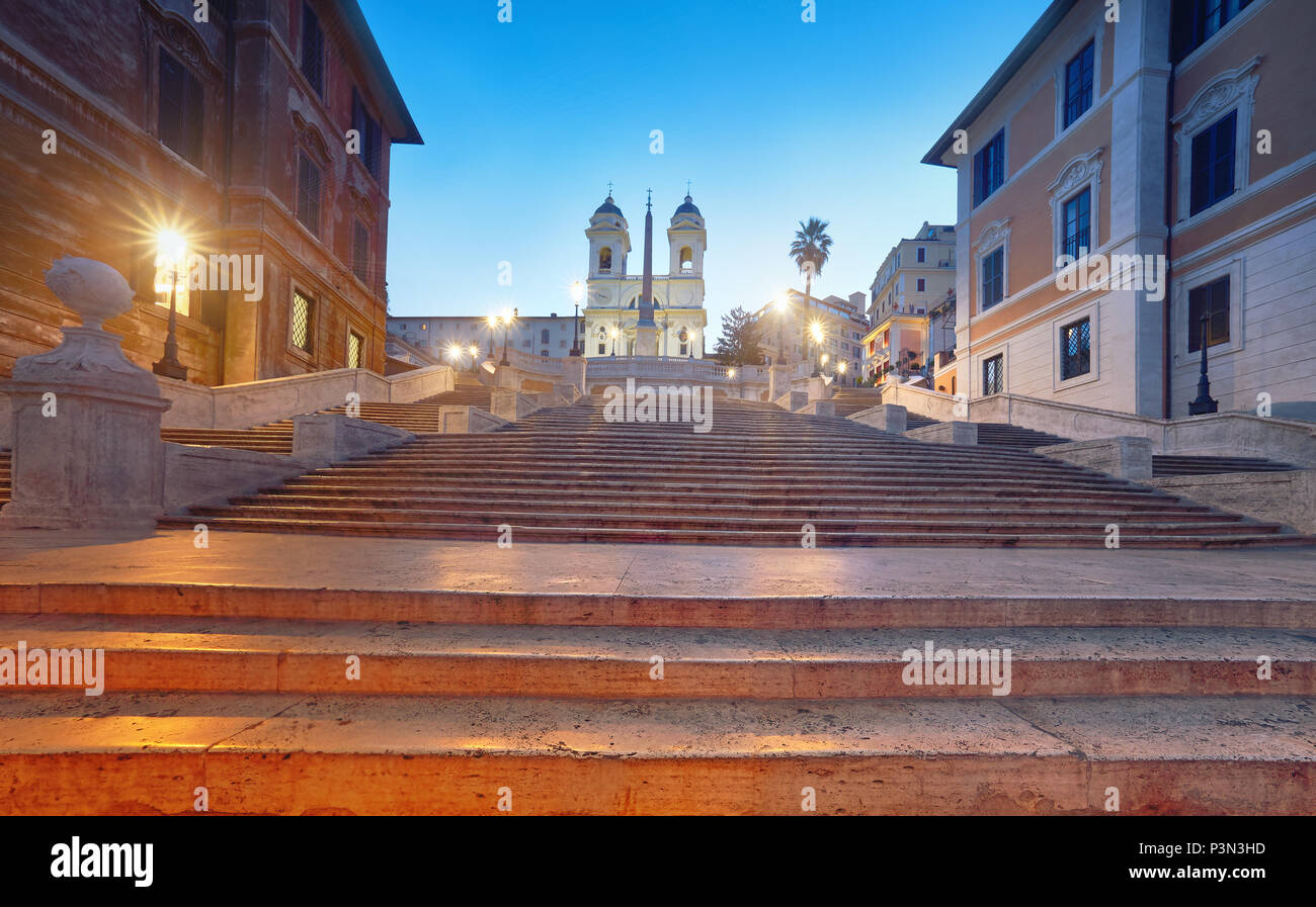 Scalone monumentale scalinata di Piazza di Spagna e Trinità dei Monti chiesa, vista serale da Piazza di Spagna a Roma, Italia Immagini Stock