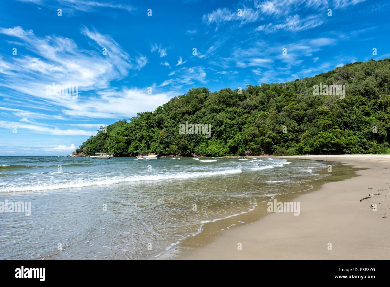 Il mare della Cina del Sud lambisce la spiaggia in Kota Kinabalu sul Borneo, Malaysia Immagini Stock