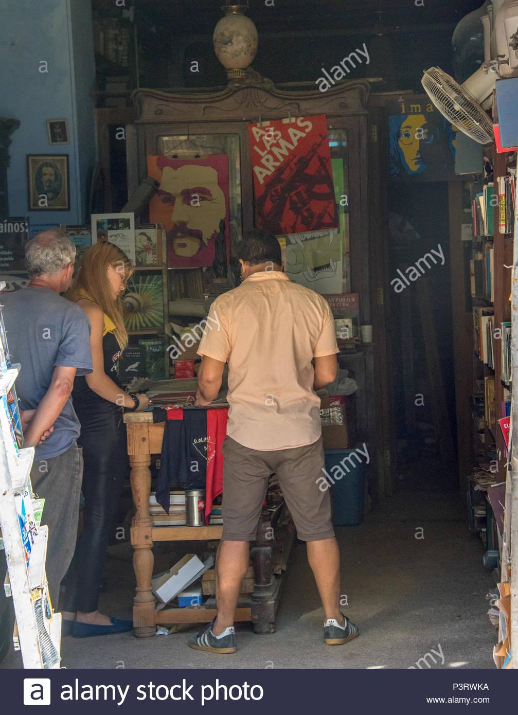 Vecchia Havana, Cuba: turisti navigando nella piccola libreria ...