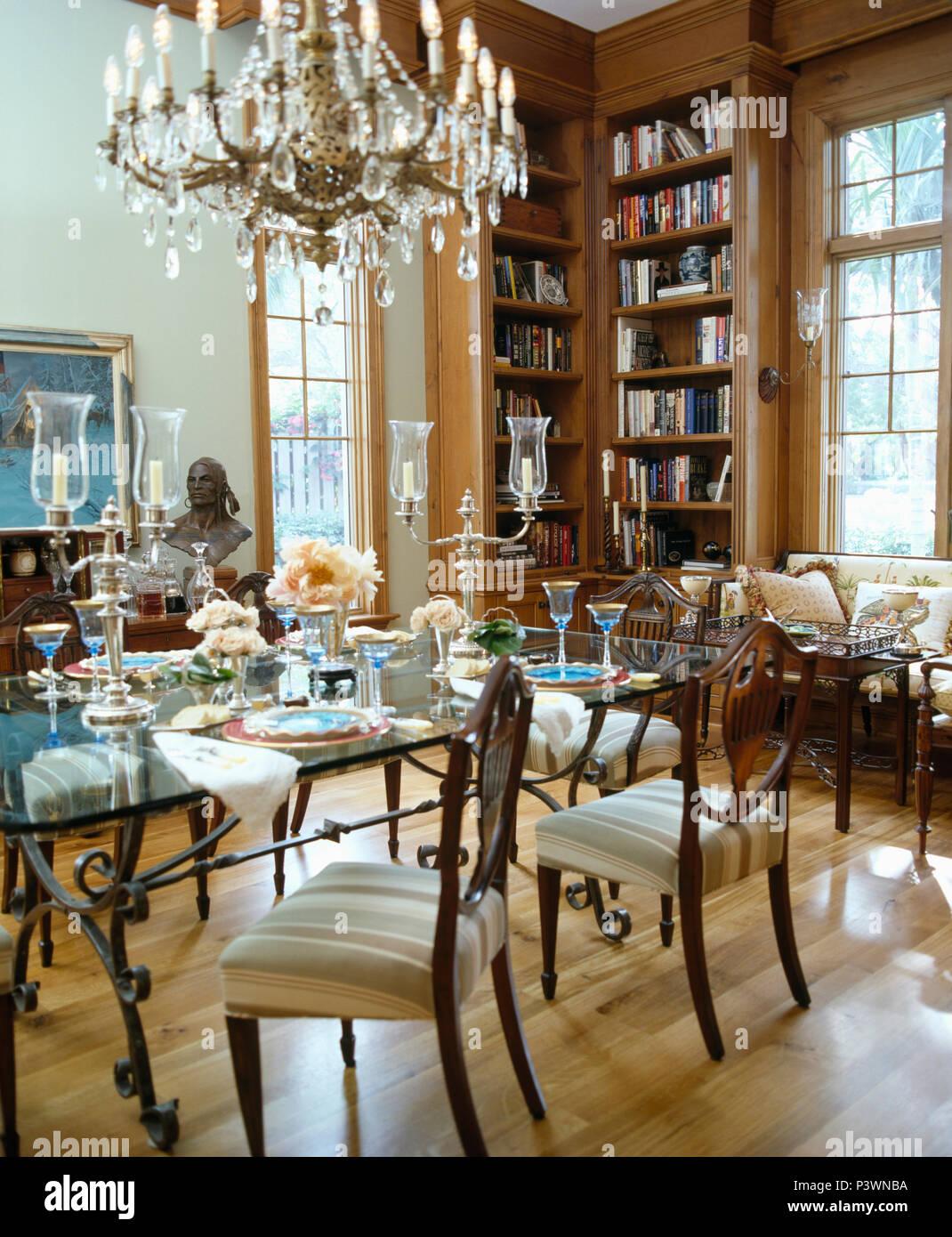 Grandi cristalli lampadario di vetro sopra ripiano in vetro e tavolo da pranzo antico sedie in - Lampadario sala da pranzo ...