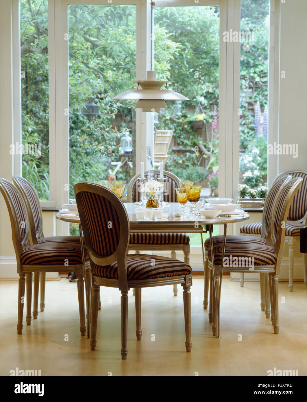 Sedie Imbottite Per Sala Da Pranzo.Striped Sedie Imbottite Di Fronte A Finestre Alte In Elegante