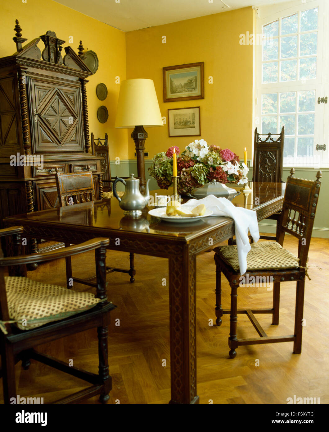 Scolpiti in legno tavolo e sedie nel paese francese sala da pranzo ...