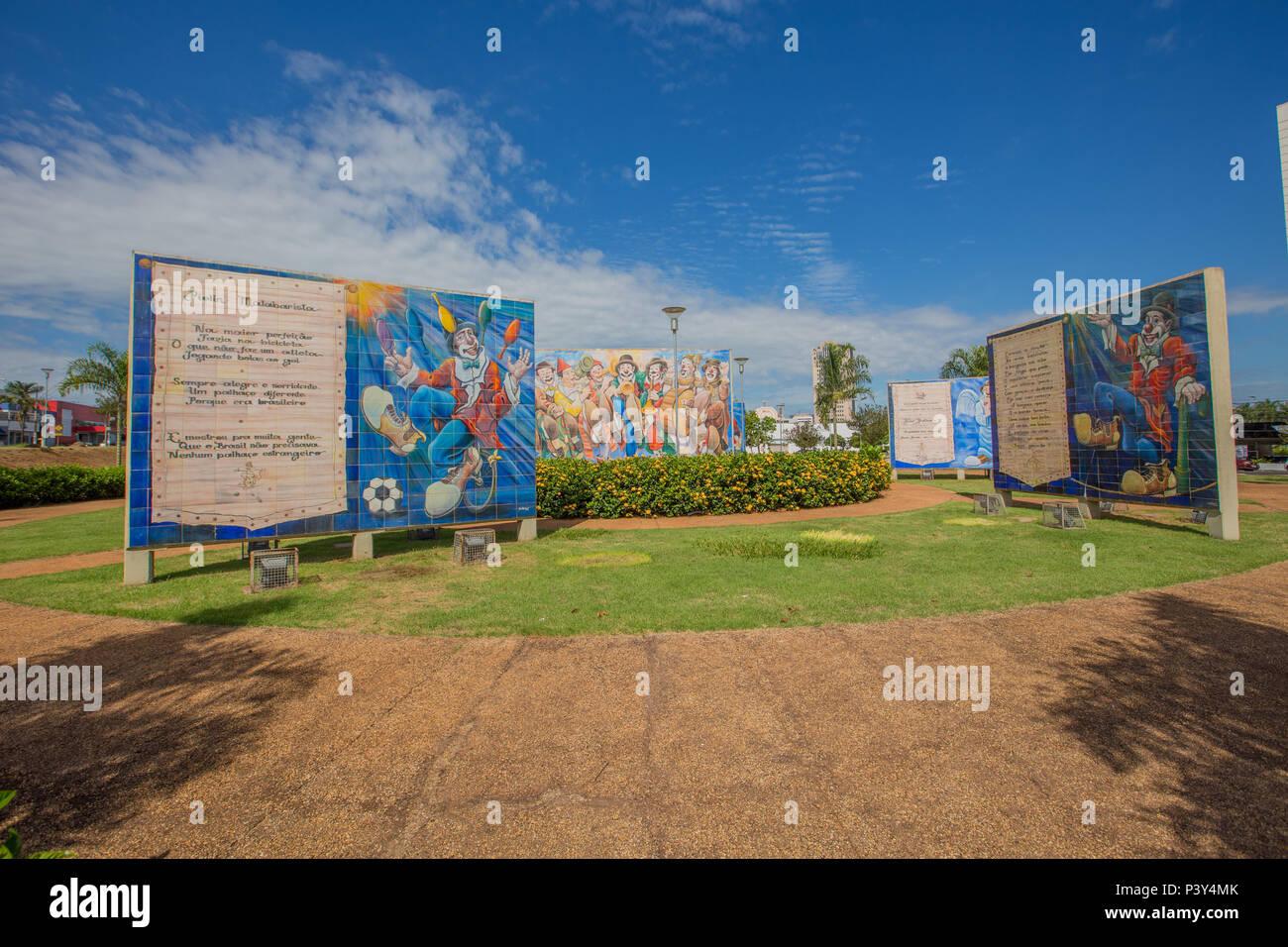 Vista da praça Jair Yanni, em Ribeirão Preto. A praça lev o nome da artista plástica e escritora Jair Yanni, falecida em 2012, e ainda homenageia um dos maiores palhaços do Brasil, Abelardo Pinto, o famoso Piolin. Foto Stock