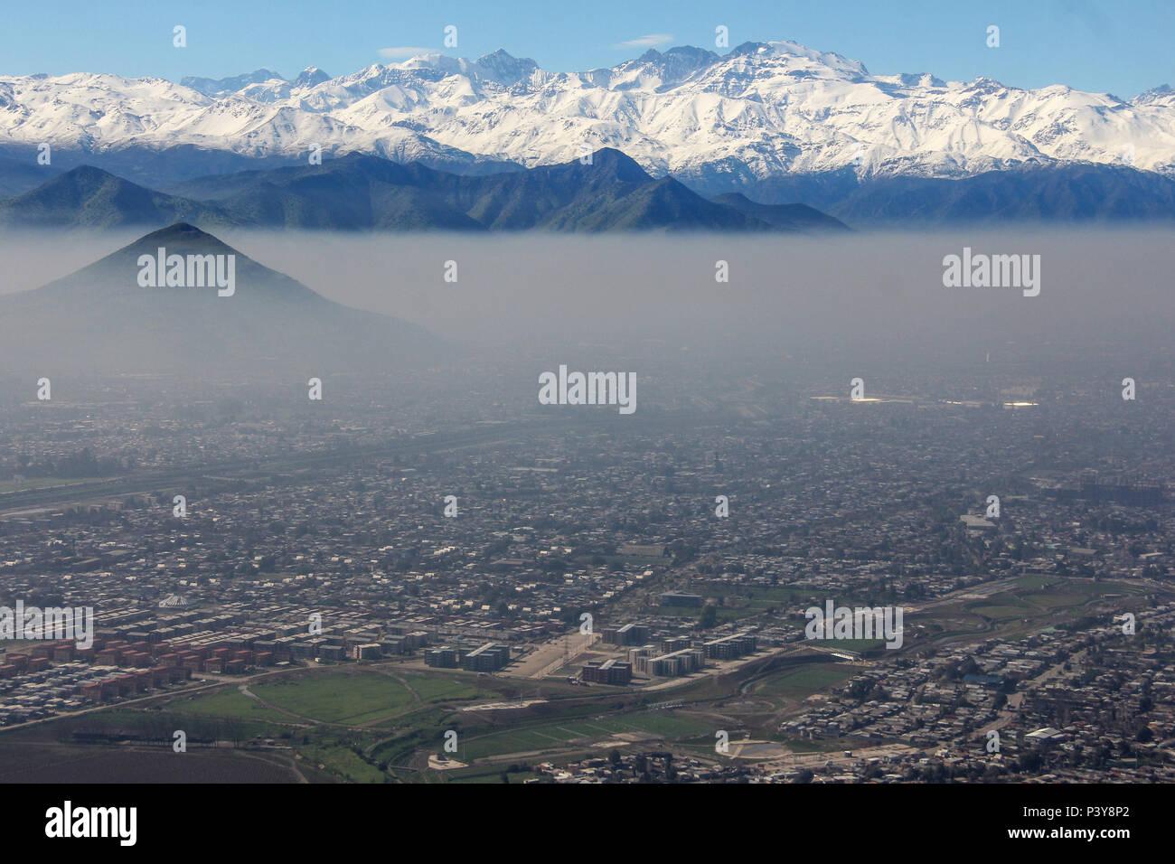 Camada de poluição encobre o céu de Santiago, no Cile, duranti o inverno. Immagini Stock