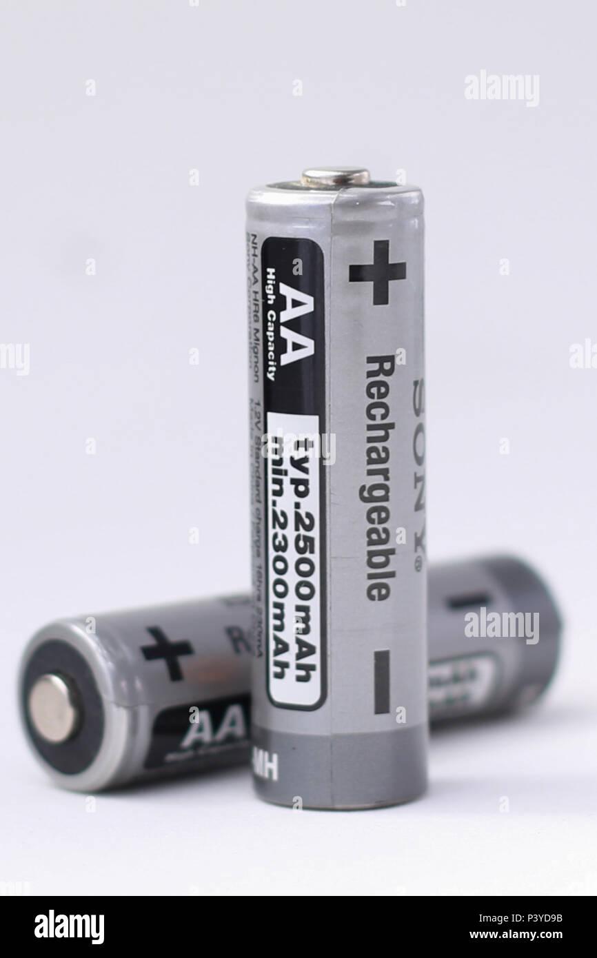 Na foto produzida nesta Terça-Feira (04), pilhas em que se pode ver un indicação os polo positivo e negativo. Immagini Stock