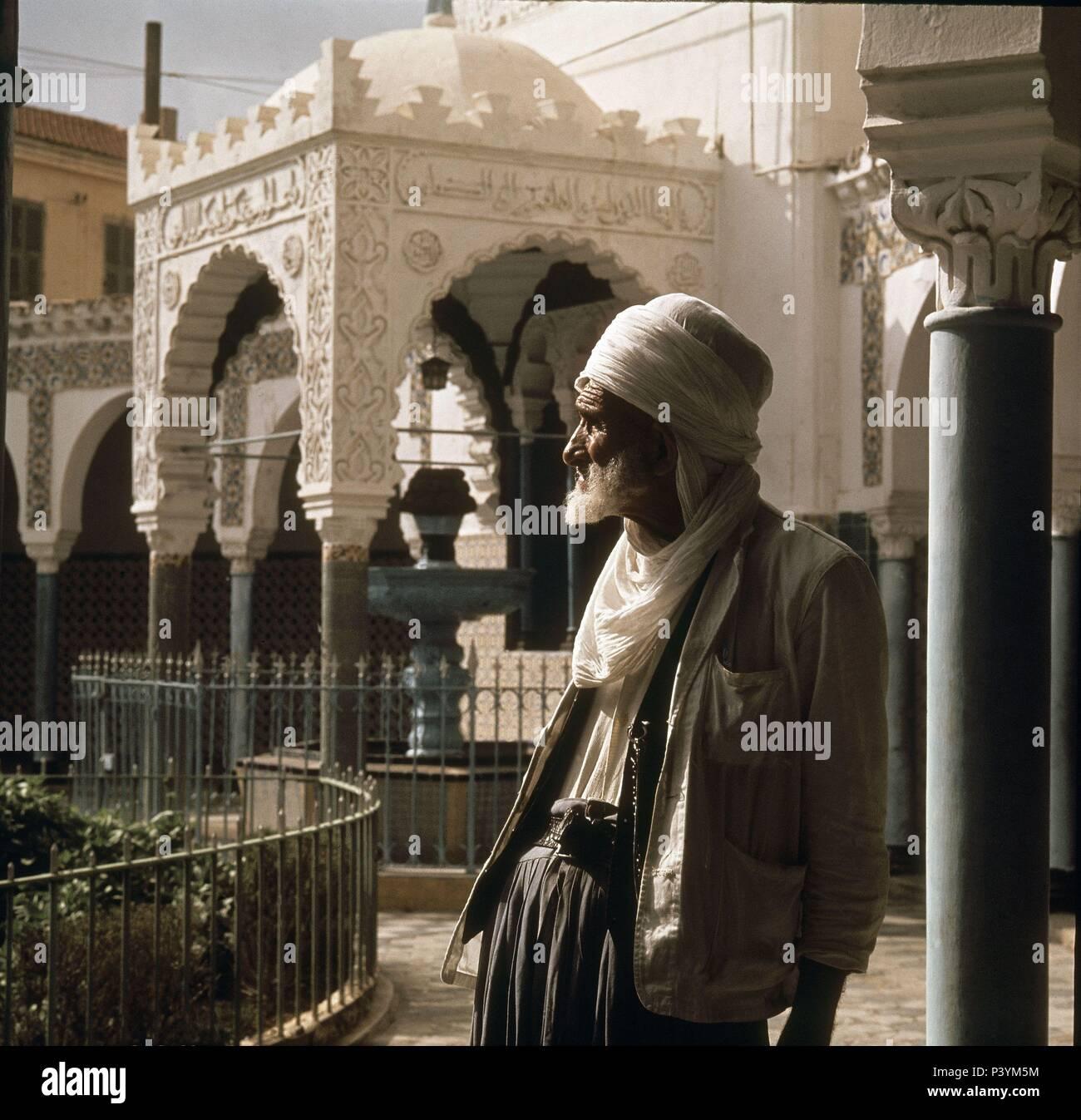 *ARGELINO CON TURBANTE EN EL PATIO DE LA MEZQUITA. Posizione: Mezquita, Orano, in Algeria. Immagini Stock