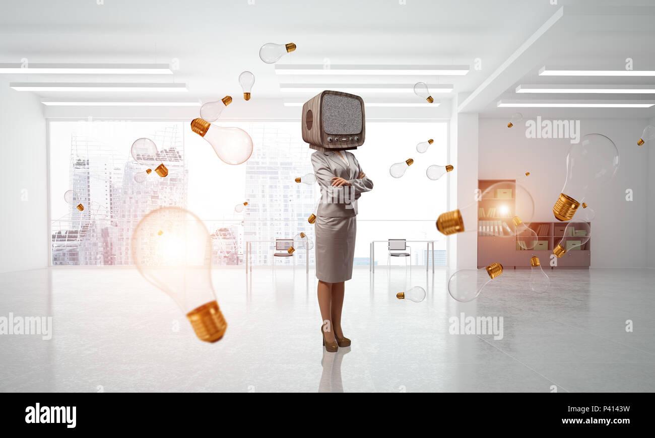 Business donna con un vecchio televisore invece di testa. Immagini Stock