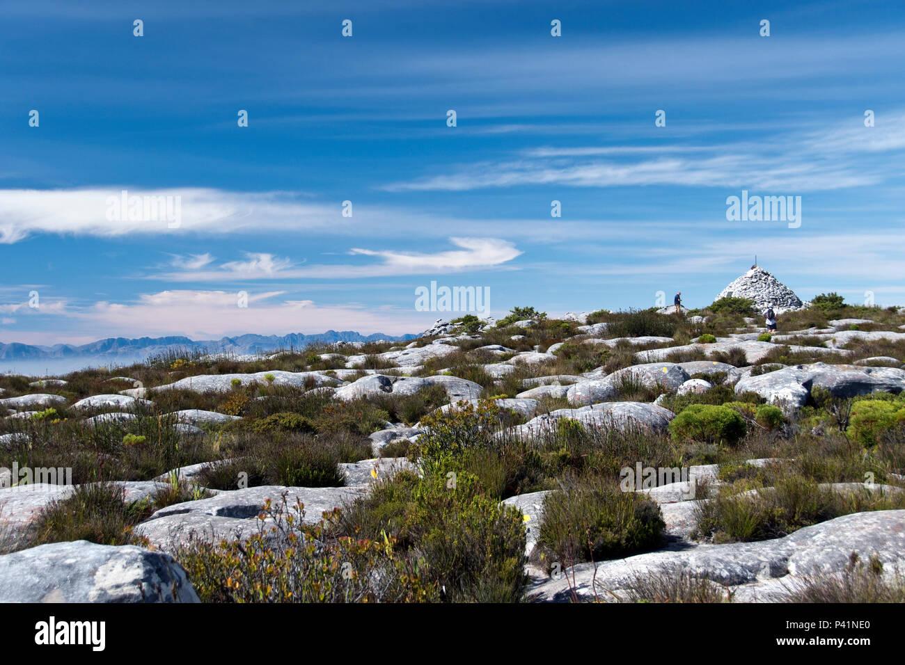Sentiero per Maclear's faro, un rock cairn sulla Table Mountain, costruito come una stazione di triangolazione per agevolare la misurazione della curva della Terra. Immagini Stock