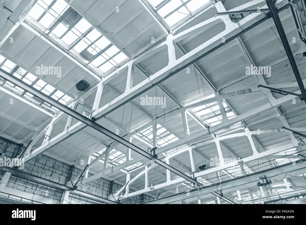 Soffitto del capannone industriale all interno di vista inferiore