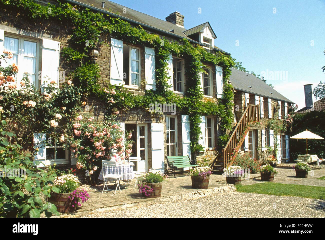 Esterno Casa Di Campagna l'esterno di una casa francese di campagna con persiane di