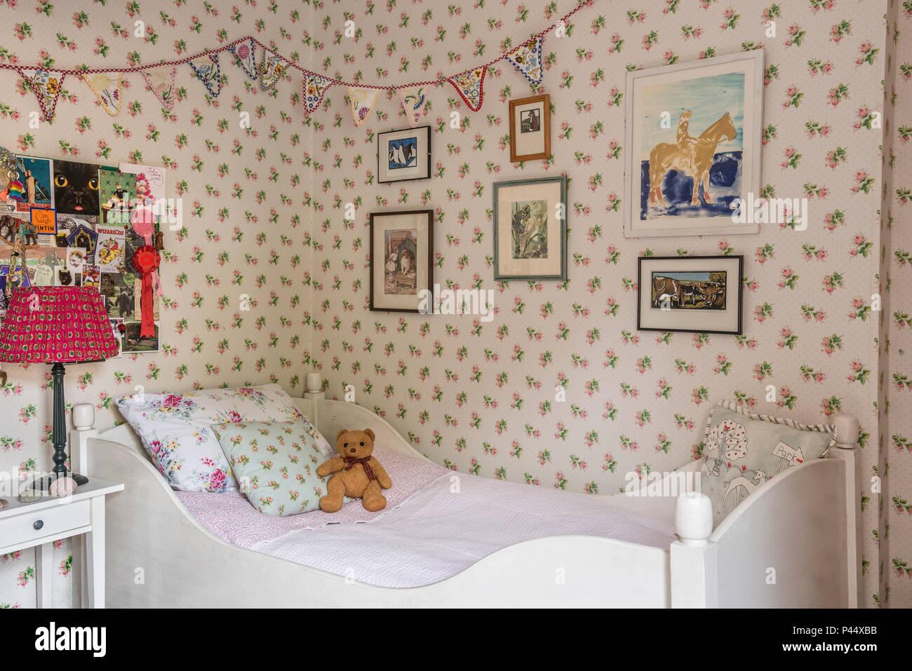Letto singolo nella camera delle ragazze con re lampada lavagna