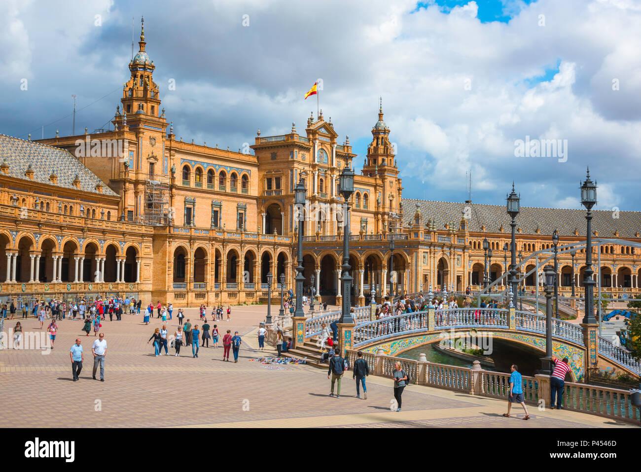 Plaza de Espana di Siviglia, vista di persone a piedi attraverso la Plaza de Espana in Siviglia (Sevilla) su un pomeriggio d'estate, Andalusia, Spagna. Immagini Stock