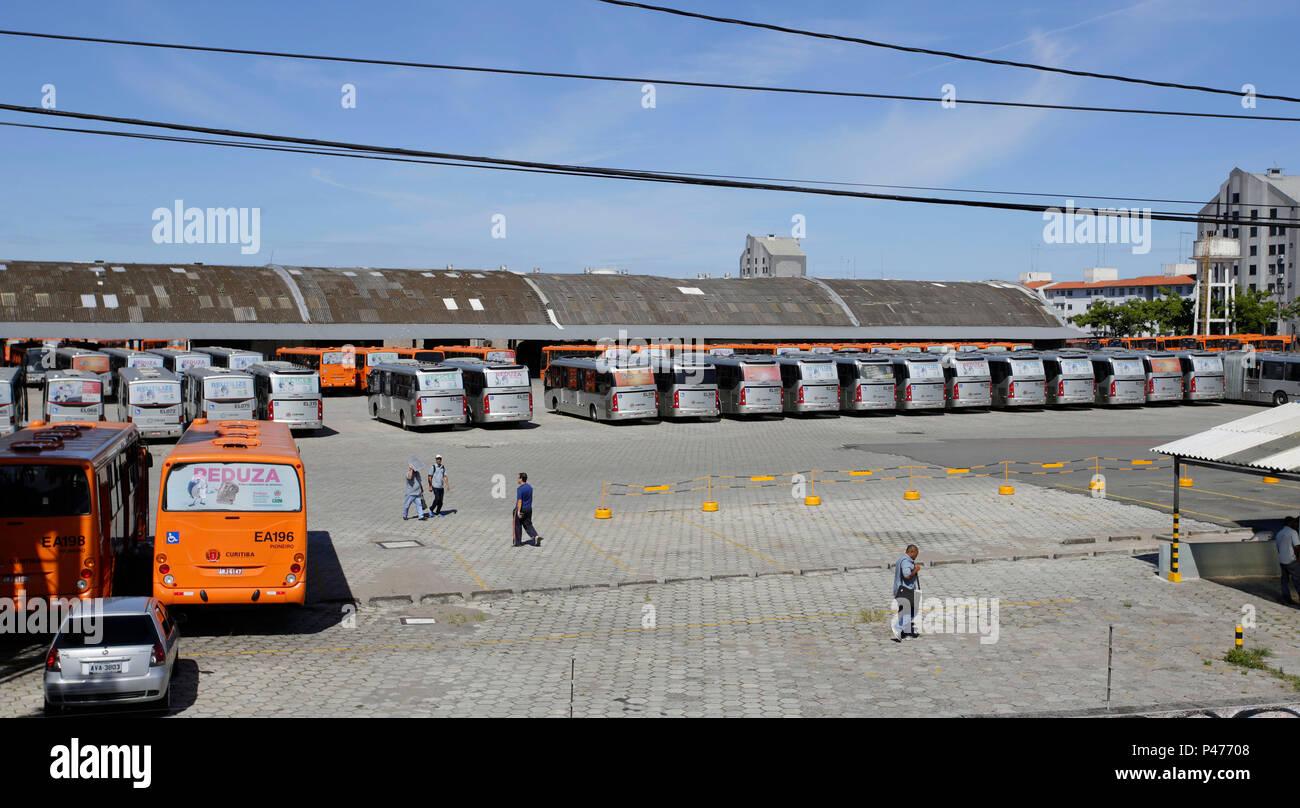 Ônibus parados na empresa Carmo em Curitiba duranti Greve de Ônibus. Motoristas e cobradores decidiram entrar em greve por tempo indeterminado. O motivo principale da greve é o atraso nos pagamentos de salários. Mais de dois milhões de usuários dependem dos 1.945 ônibus de 356 linhas do Transporte Coletivo Metropolitano Integrado (RIT). Curitiba/PR, Brasil - 26/01/2015. Foto: Rodolfo Buhrer / La Imagem / Fotoarena Immagini Stock