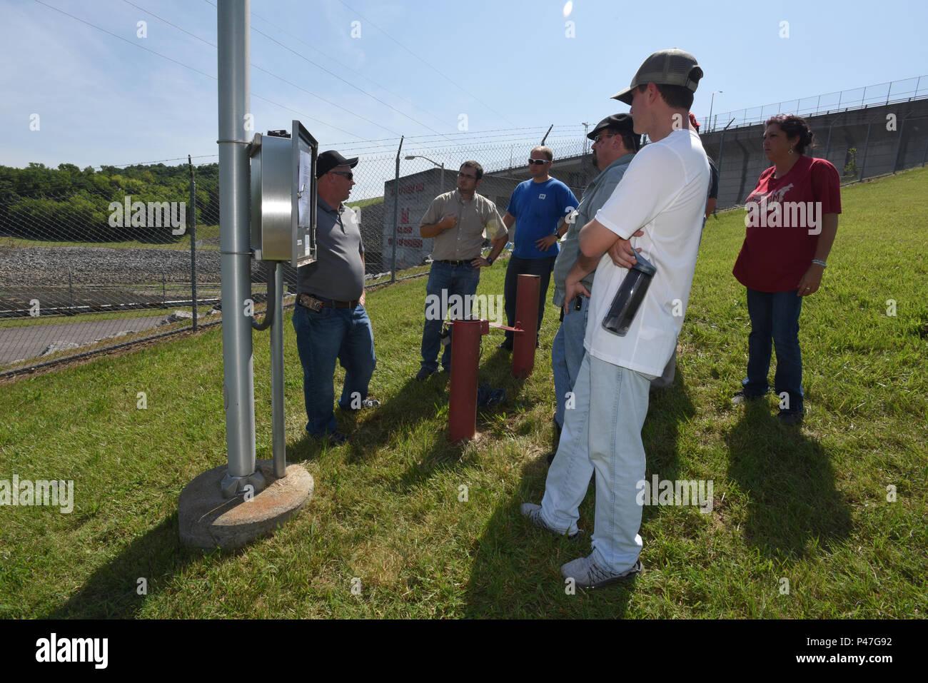 Jason Anderson, U.S. Esercito di ingegneri del Distretto di St. Louis, mostra agli studenti la strumentazione automatizzata installati presso J. Percy Priest Dam a Nashville, Tennessee, durante un mani sulla classe Giugno 16, 2016. (USACE foto di Leon Roberts) Immagini Stock