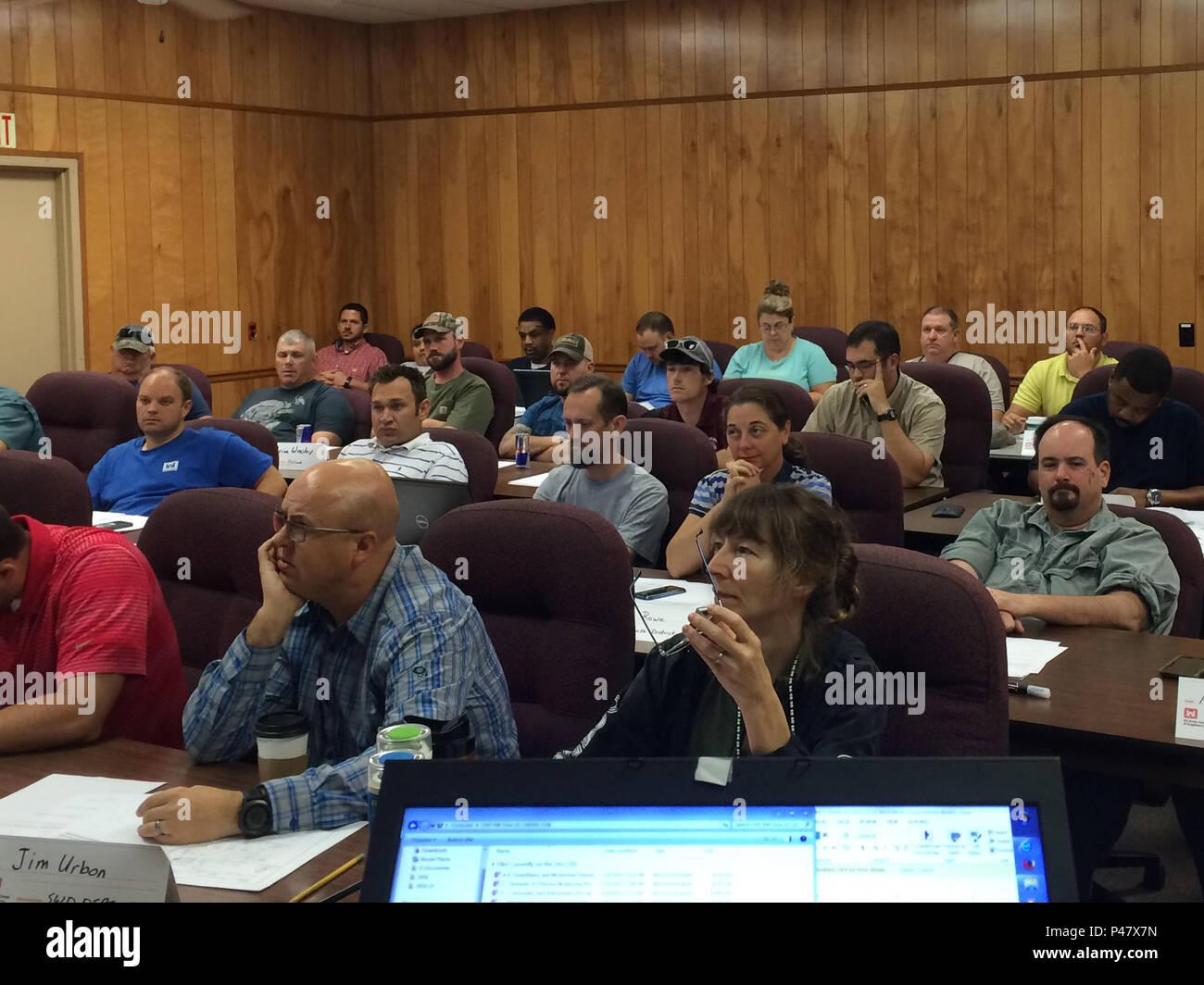 Un totale di trenta studenti ricevono istruzione in classe durante la diga e argine strumentazione e il monitoraggio delle prestazioni di formazione tenutosi a J. Percy Priest Dam a Nashville, Tennessee, 16 giugno 2016. (USACE foto di Vanessa Bateman) Immagini Stock