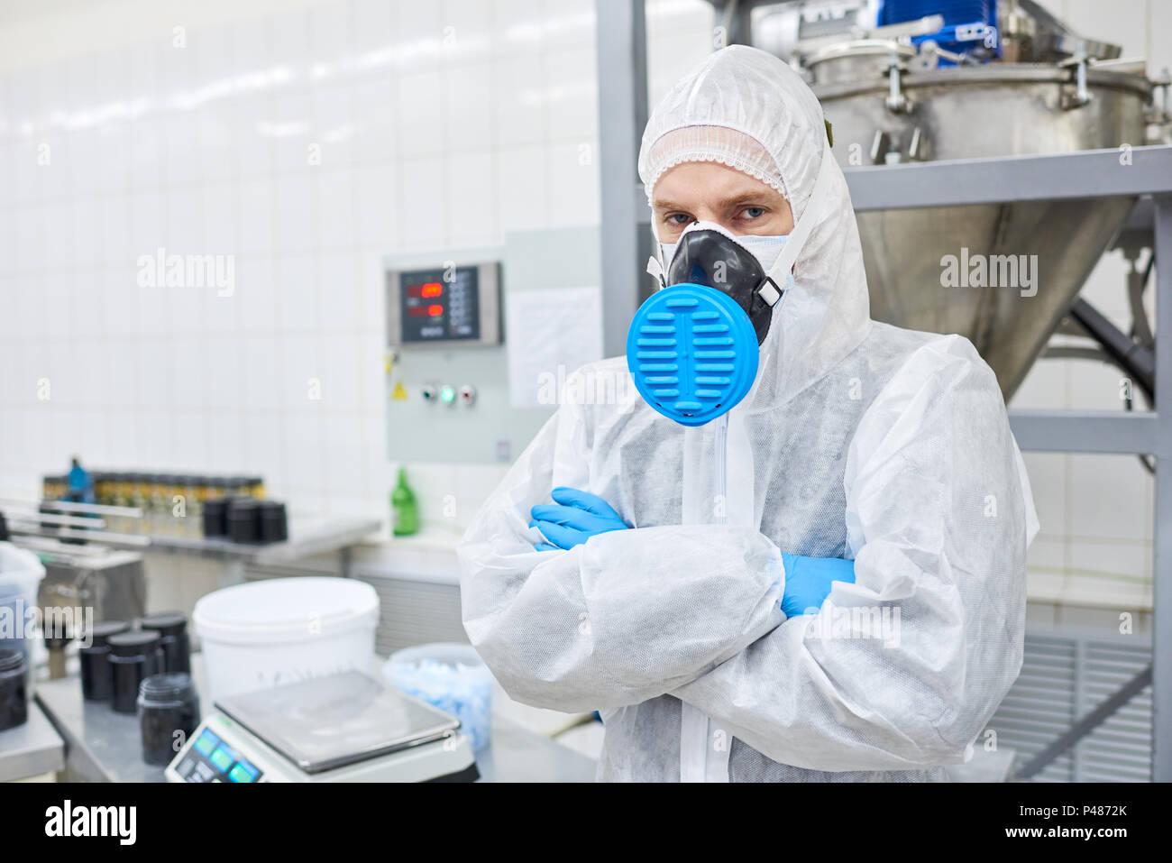 Operaio di fabbrica in piedi in abbigliamento protettivo Immagini Stock