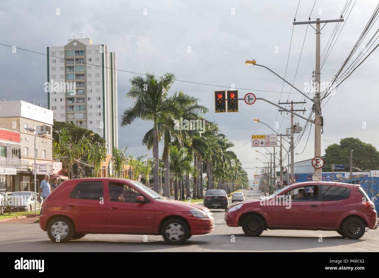 Goiânia, GO - 10.04.2015: RUA ARBORIZADA - Avenida T-063, Setor Nova Suiça. (Foto: Murilo Bastos / Fotoarena) Foto Stock