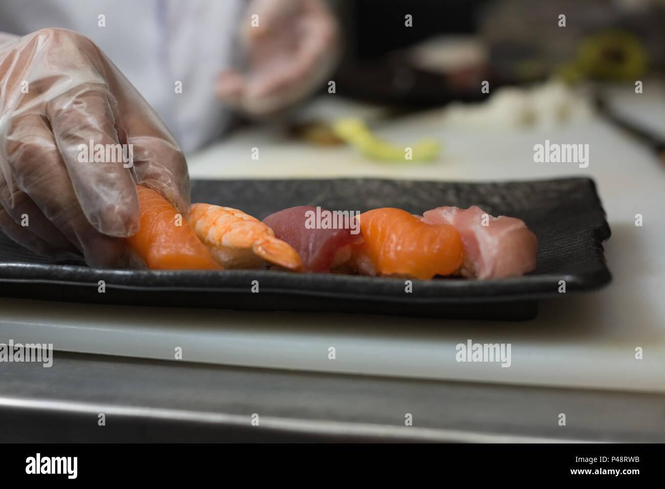 Lo Chef azienda sea food in cucina Immagini Stock