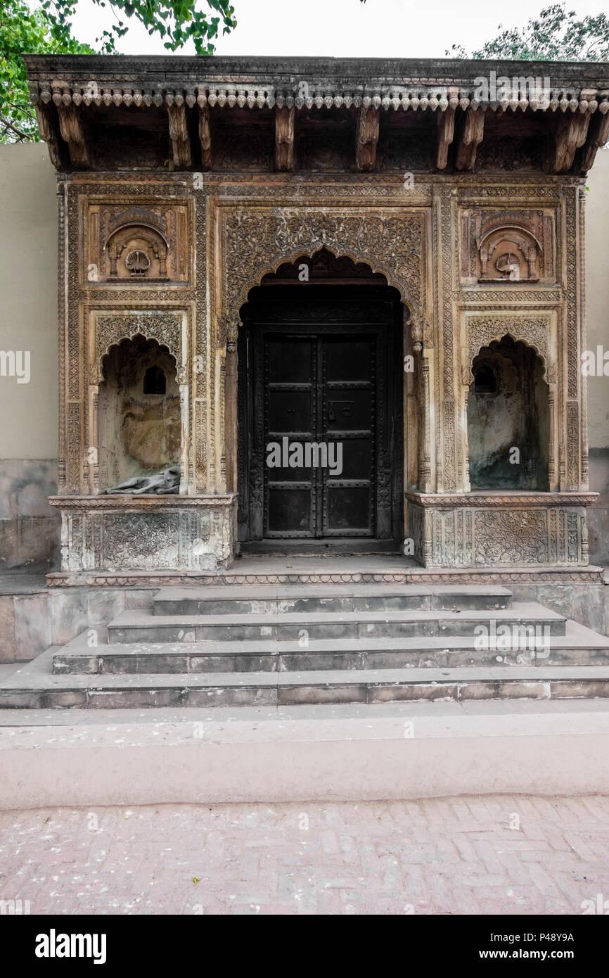 Esposizione di un gateway per un haveli o palazzo tipico del Rajasthan nell'artigianato nazionale museo, New Delhi, India Immagini Stock