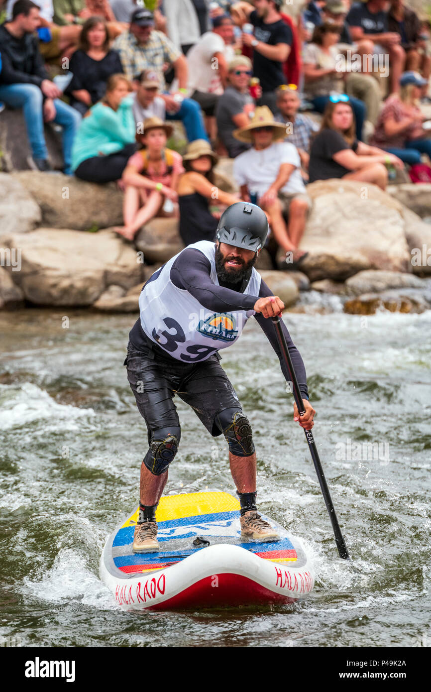 I concorrenti in gara standup paddleboard evento; Fibark fiume festival; Arkansas River; Salida; Colorado; USA Immagini Stock