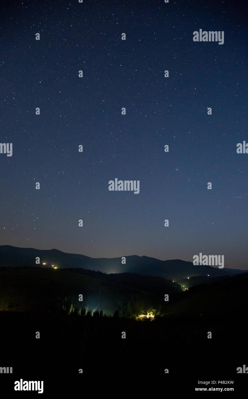 Cielo Stellato D Estate.Cielo Stellato Sopra Le Montagne E Il Villaggio Di Montagna