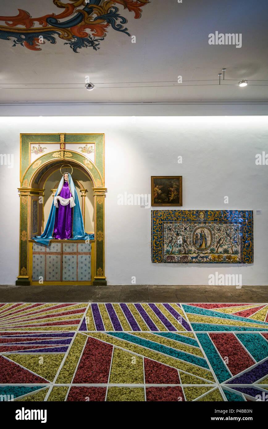Portogallo Azzorre, isola Sao Miguel, Ponta Delgada, Museo Carlos Machado, display di arte religiosa Immagini Stock