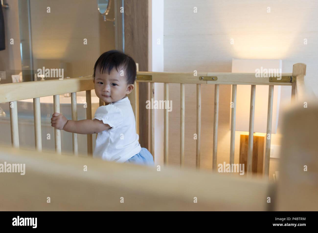 Letti Di Lusso Per Bambini : Asian carino il bambino in piedi sulla culla per bambini nel letto