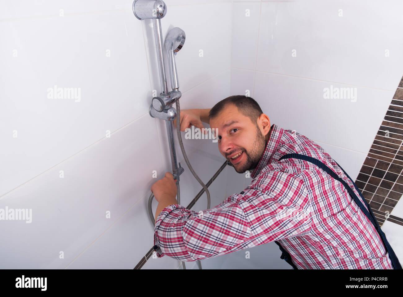 Tuttofare che fissa la doccia del bagno Immagini Stock