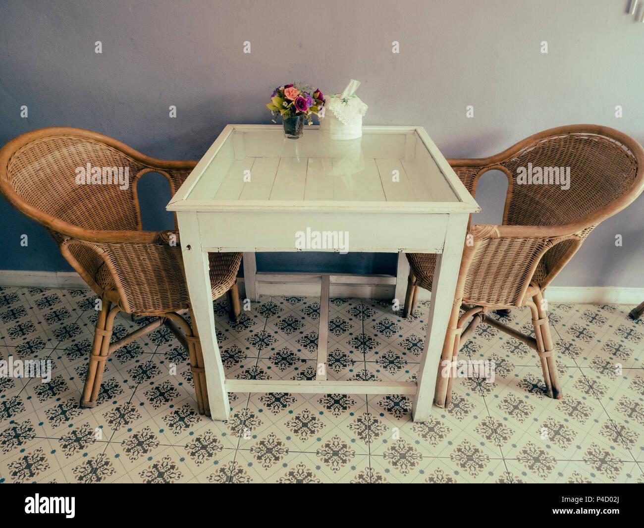Sedie Bianche E Legno : Sedie di rattan e legno bianco tabella in camera foto & immagine