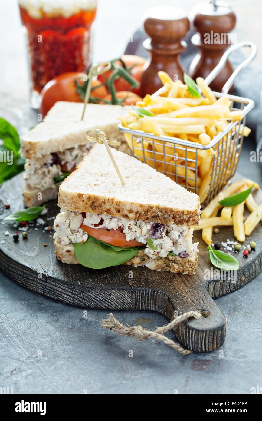 Insalata di pollo in sandwich con spinaci e pomodoro Immagini Stock