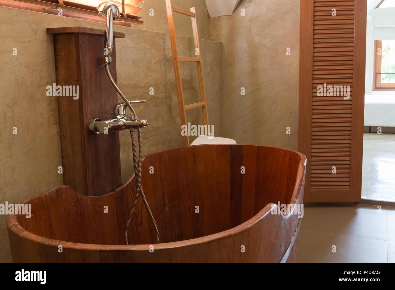 Vintage bagno interno con vasca in legno cemento sulla parete