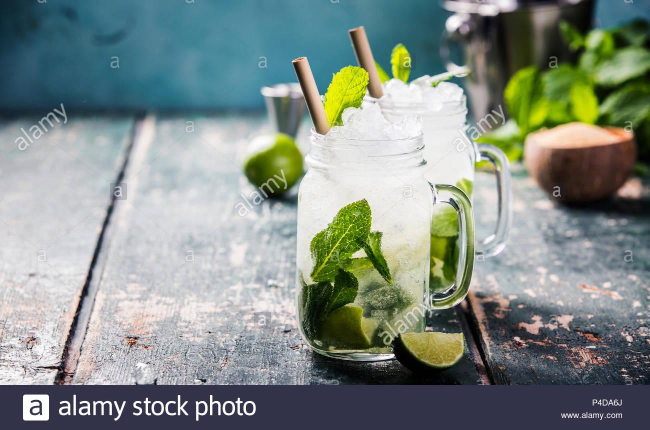 Cocktail Mojito sul tavolo di legno Immagini Stock