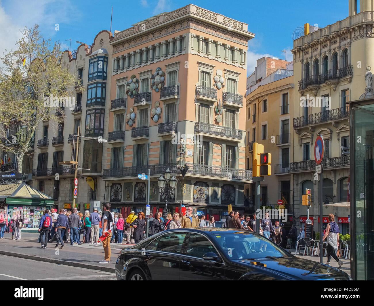 Barcellona, Spagna - 28 Marzo 2014: la gente camminare in un affollato Barcellona vicino al negozio di ombrello sulla Rambla. Foto Stock