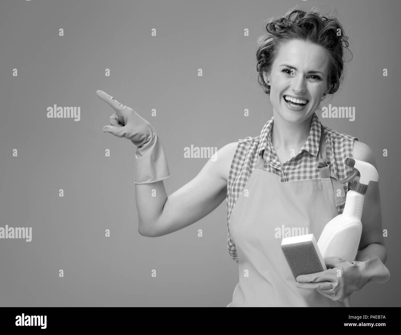 Grande tempo di pulizia. Felice donna moderna in un ...