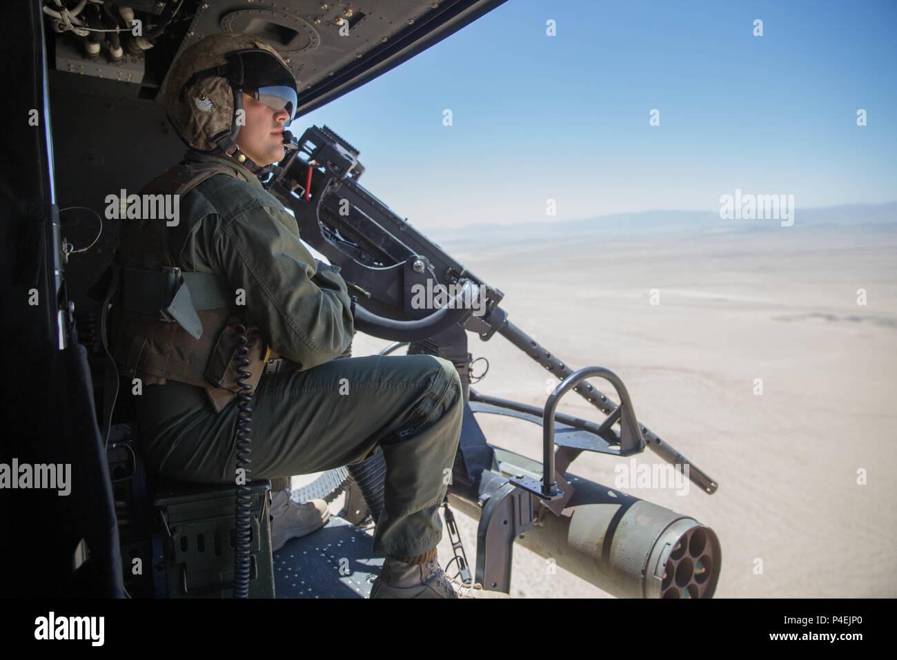 Elicottero Quarto : Sgt reyes macedo un elicottero capo equipaggio con marine