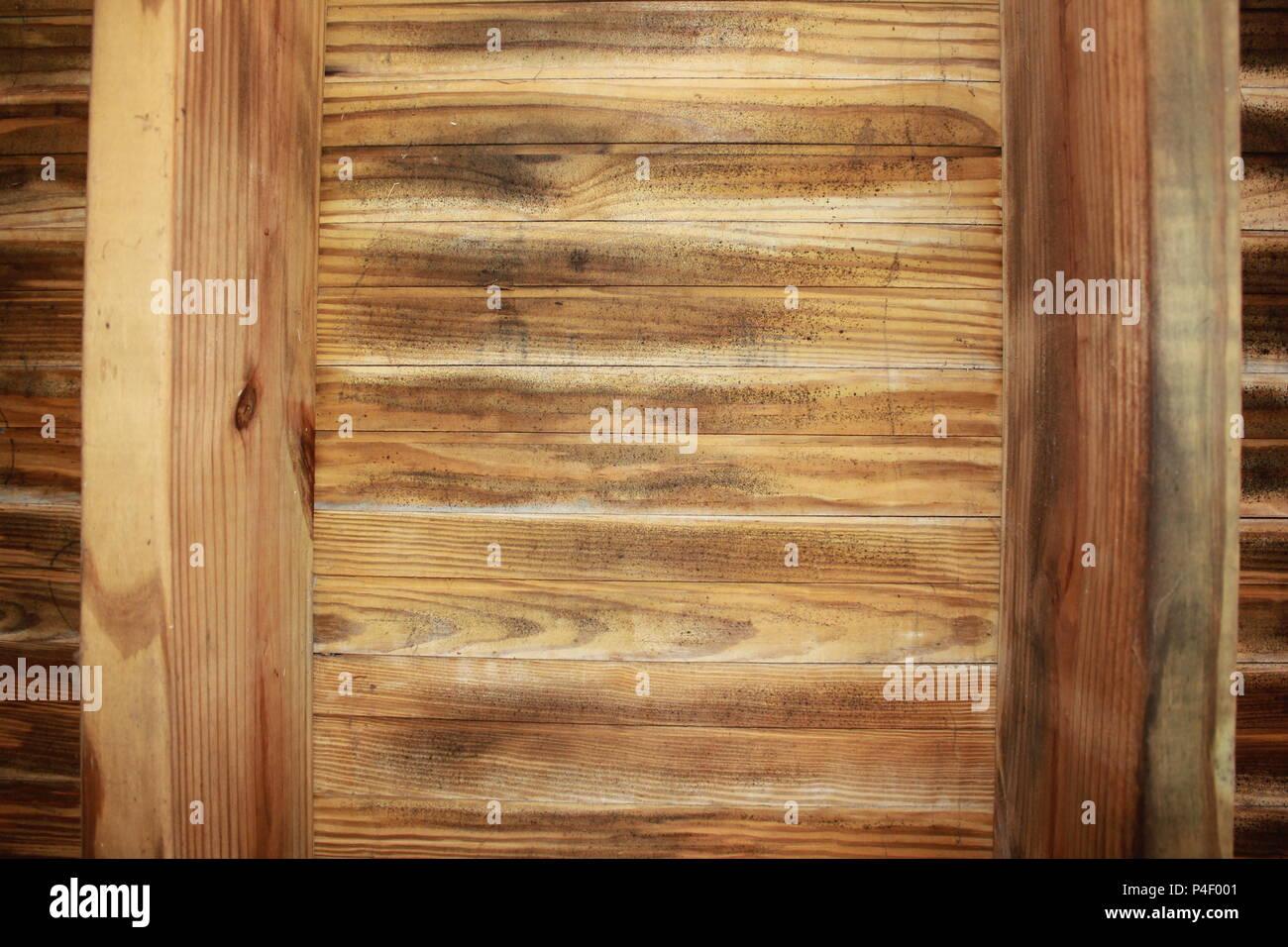Lato inferiore incorniciatura di legno di un backyard deck. Immagini Stock