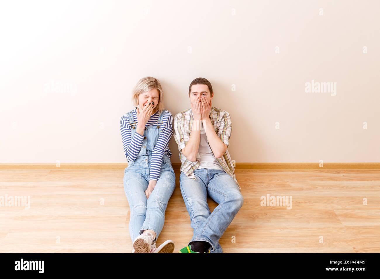 Foto di stanca l uomo e la donna seduta sul pavimento Immagini Stock