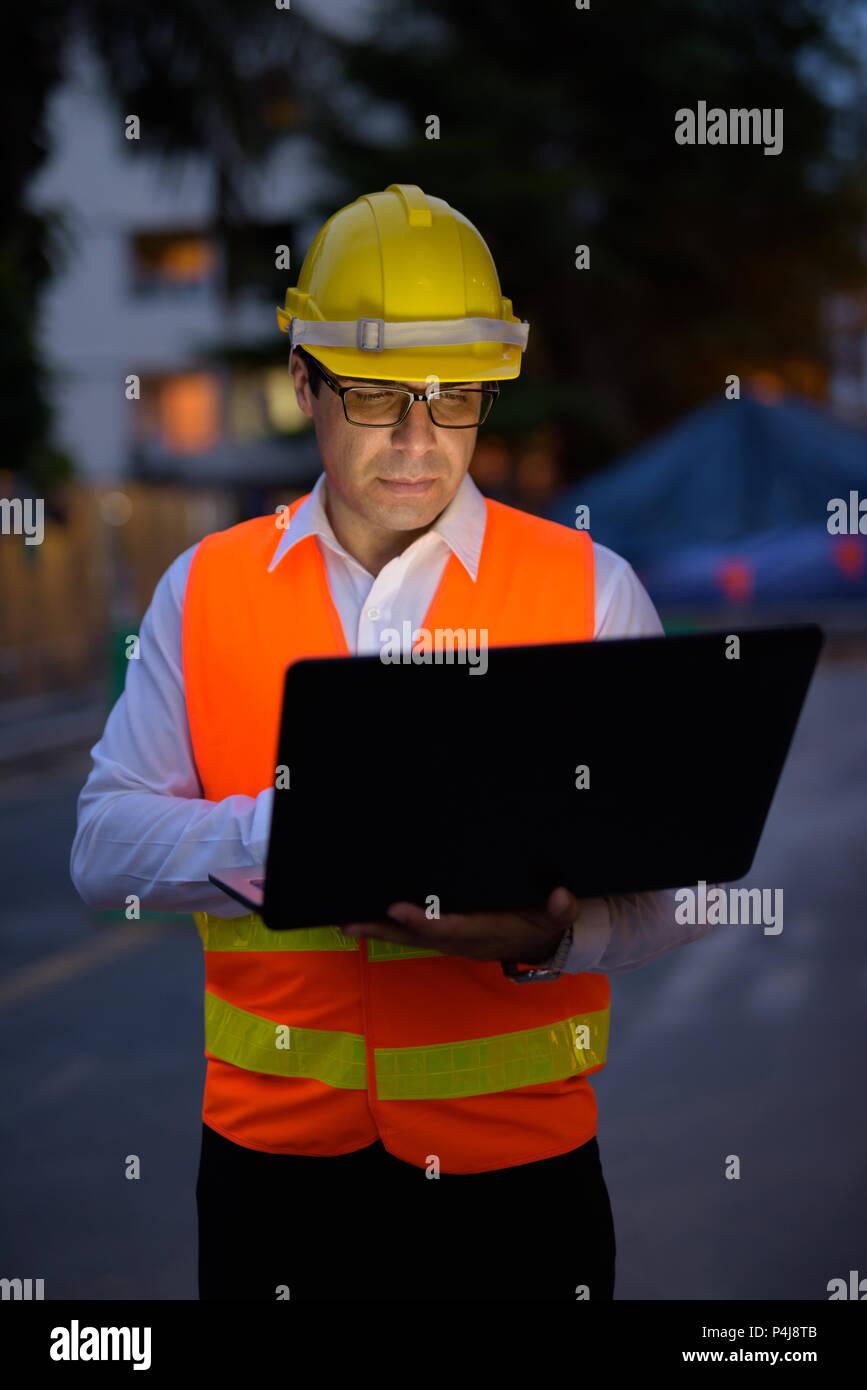 Bello il persiano uomo lavoratore edile presso la costruzione sit Immagini Stock